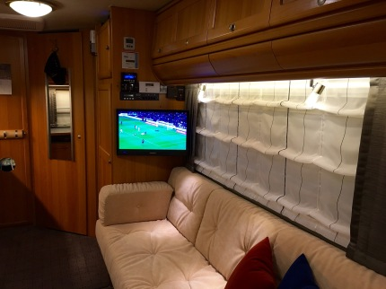 FlairLIFE, Couch, TV, Kleiderschrank