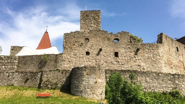 Malerisch: Burgruine Leuchtenberg mit Theaterzelt