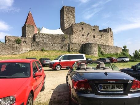 Hochgelegen: Der Parkplatz für die Theatergäste