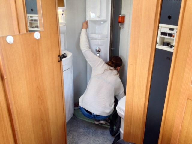 Ausbau des Eckelements (Wasserarmaturenträger)