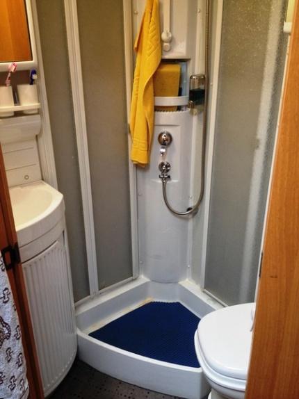 Waschbecken, Dusche und WC