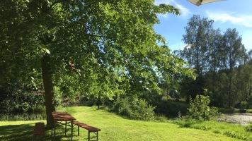Blick von der Gartenterrasse über Wiese ...