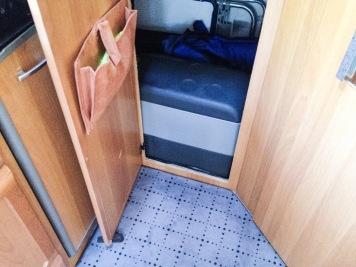 Die Kompressorkühlbox im Stauraum neben der Küche ...