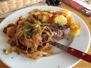 Rumpsteak mit Zwiebeln und Bratkartoffeln: leckerer als anderswo Filetsteak!