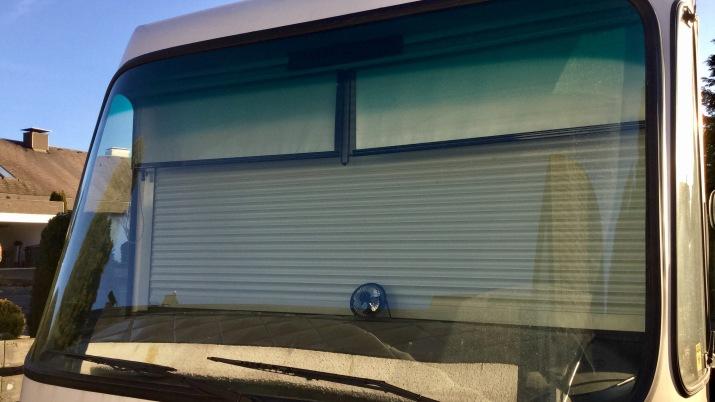 Serienmäßiger Frontrollladen von außen, davor Sonnenblendschutzrollos