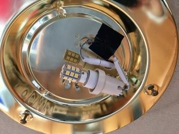 Bei abgenommenem Glas sieht man das LED-Luchtmittel und den Schalt-Dimm-Empfänger.