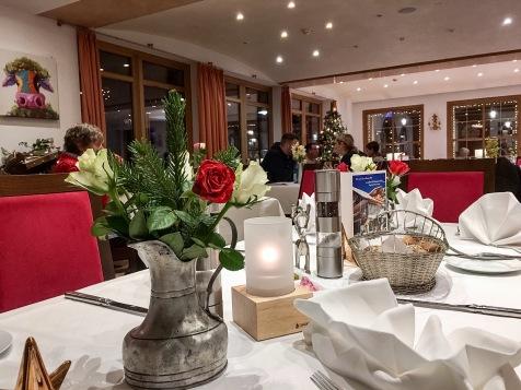 Schönes Restaurant mit großer Weihnachtskrippe im Gastraum