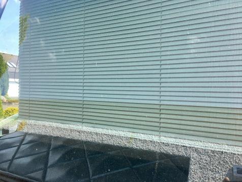Alujalousie in Frontscheibenbreite (opt. Täuschung durch Spiegelung der Garagenfront in der Scheibe)