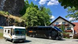 Parkplatz auch für Busse und Pkws