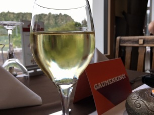 Der Loreleyfelsen schimmert durch's Weinglas.