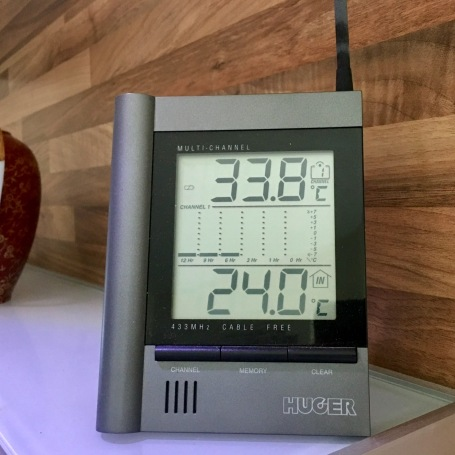 Außentemperatur im schattigen Garten / Innentemperatur Küche