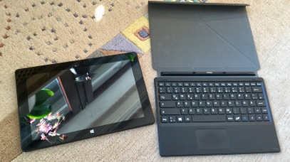 Ohne magnetisch anklipsbare Tastatur dient das ODYS als Tablet-Computer