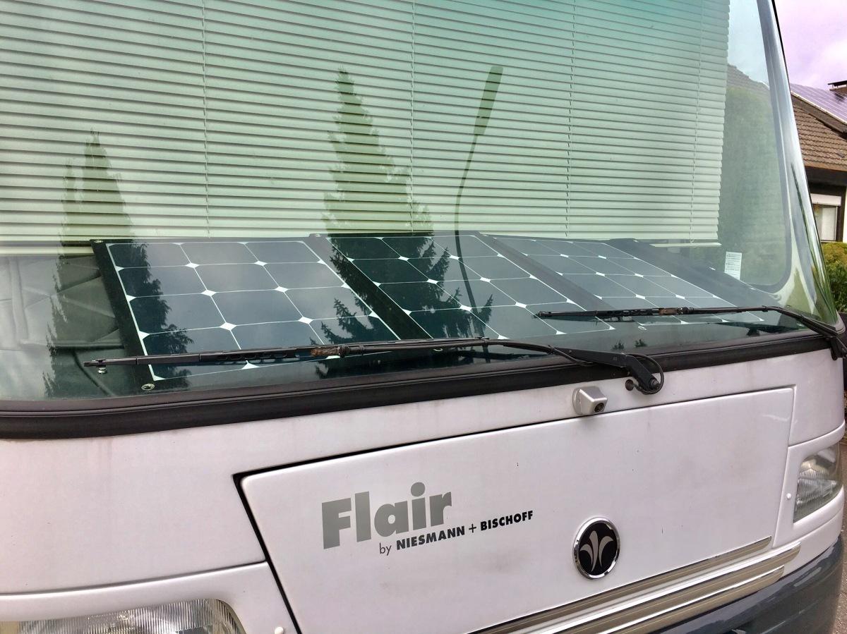 Solar-Faltmodul 120Wp hinter der Windschutzscheibe